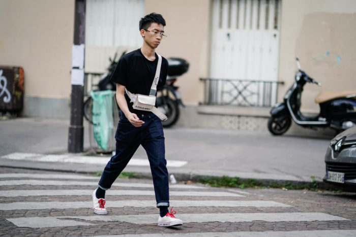 Jean homme coupe tapered sneakers blanches Vans tee-shirt noir