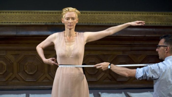 Performance d'Olivier Saillard avec Tilda Swinton