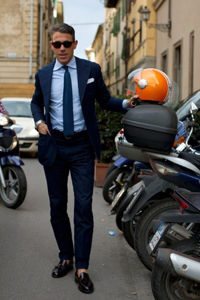 costume bleu cravate maille italie casquette orange scooter