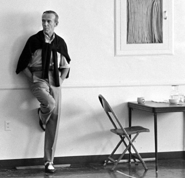Fred Astaire contre mur pull épaules