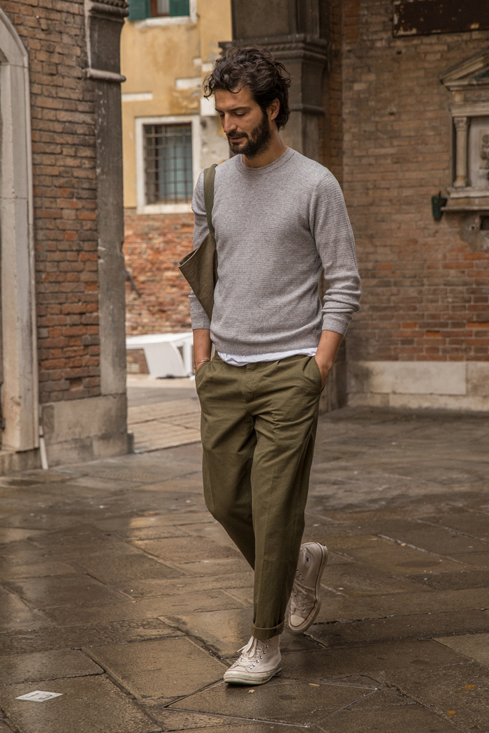 homme marchant chino vert pull gris rues