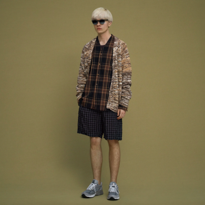 homme en New Balance short et cardigan