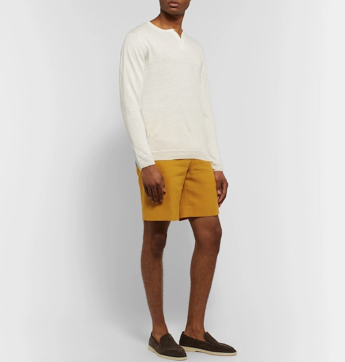 short jaune henley écru loafers marron