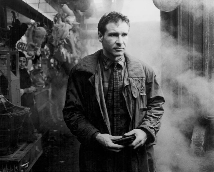 Actor Harrison Ford in a scene from the movie 'Blade Runner', 1982. Homme trench